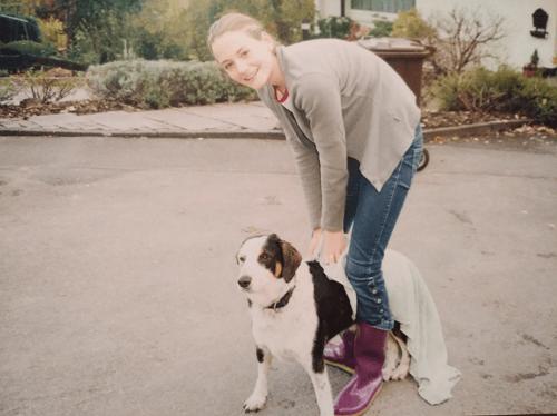 Mädchen und Mischlingshund